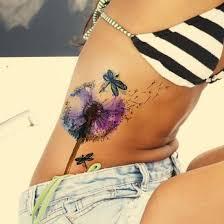 tatuagem feminina na costela dente-de-leão