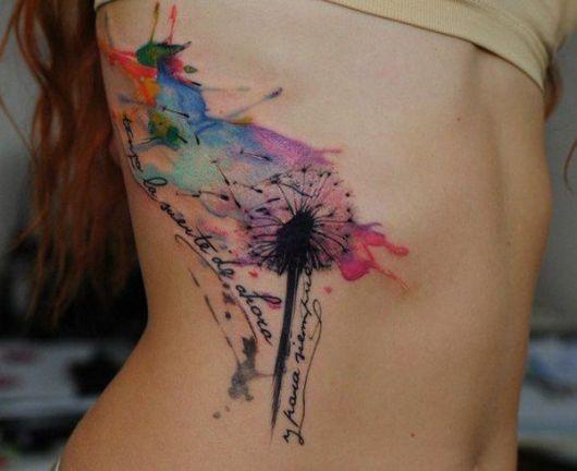 tatuagem feminina na costela dente-de-leão aquarela