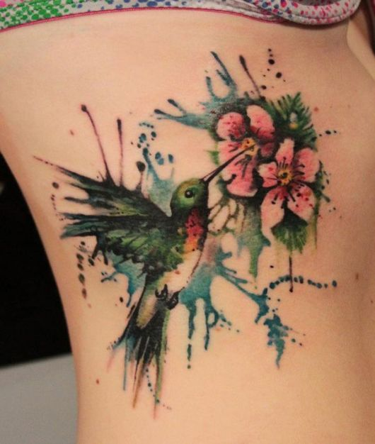 tatuagem feminina na costela beija-flor