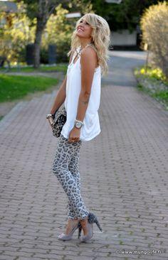 bolsa estampa animal print com calça de onça e blusa branca