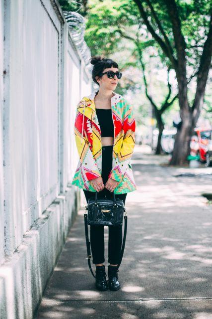 casaco colorido com coturno preto