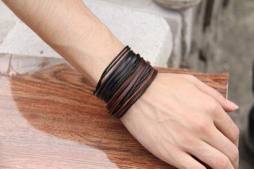 várias pulseiras de couro masculinas