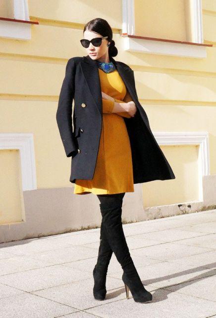 look inverno com vestido amarelo e bota cano alto