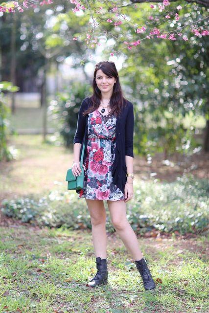 vestido curto floral com coturno