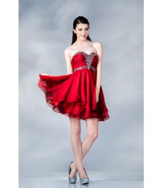 vestido de formatura vermelho com brilho no decote