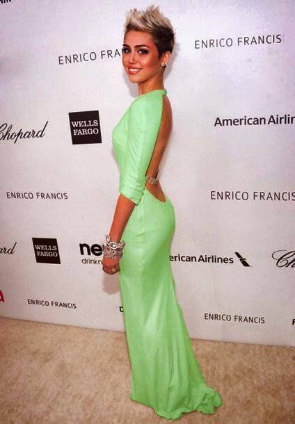 Miley Cyrus com vestido longo para baixinha