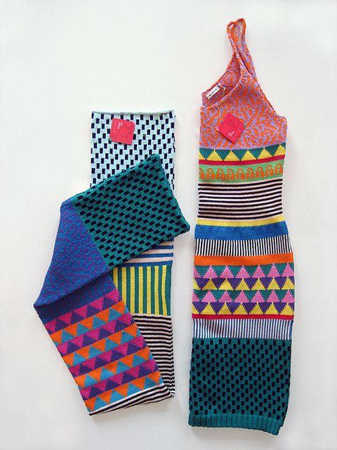 Vestidos coloridos de tricô