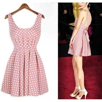 Lindo vestido esporte fino estilo vintage, com estampa de poá e fundo cor-de-rosa.