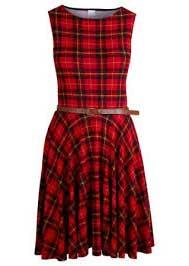 Modelito de vestido esporte fino em tecido xadrez vermelho com preto e cinto marrom
