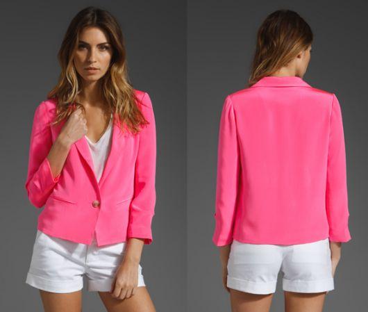 blazer rosa com short branco e camiseta