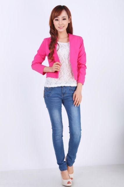 blazer rosa curto com calça jeans tradicional