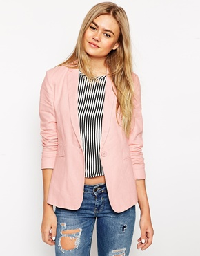 blazer rosa claro com calça jeans e blusa listrada