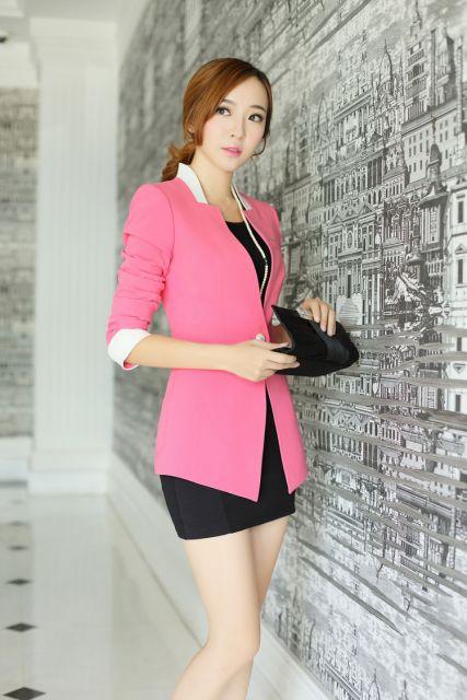 blazer rosa e mini saia preta