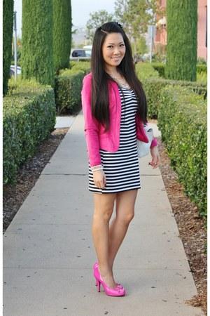 blazer rosa com vestido listrado curto