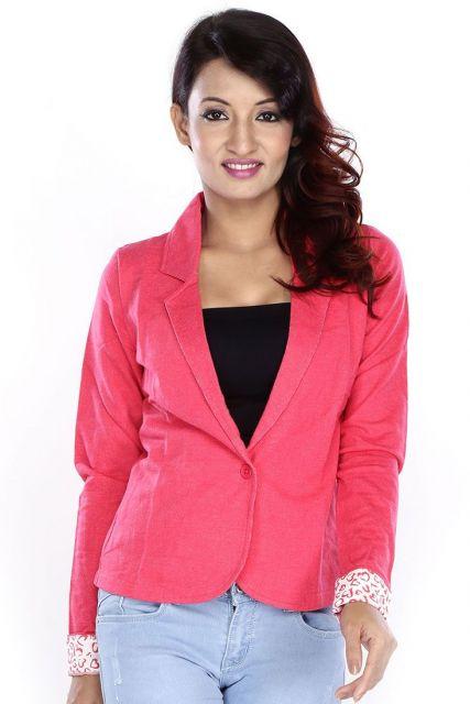 blazer rosa com blusa preta