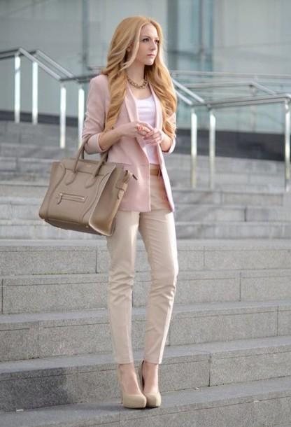 blazer rosa com calça bege