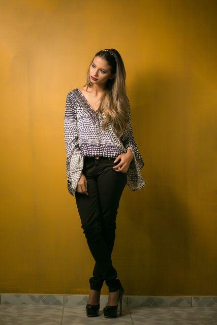 blusa flare grafista com calça preta