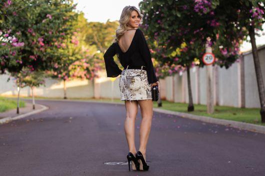 blusa flare preta com mini saia estampa