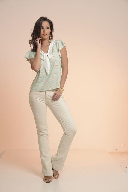 blusa gravatinha estampada e calça branca