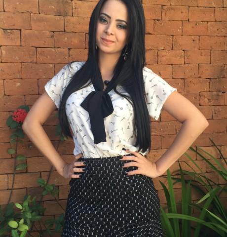 blusa gravatinha com saia estampada preta