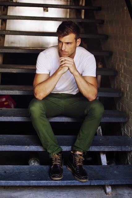 calça chino verde escuro e bota