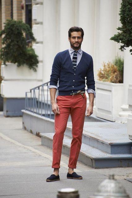 calça colorida e mocassim
