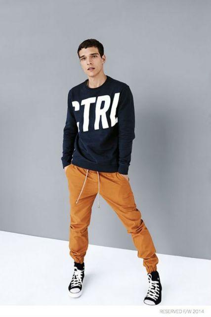 calça laranja e preto