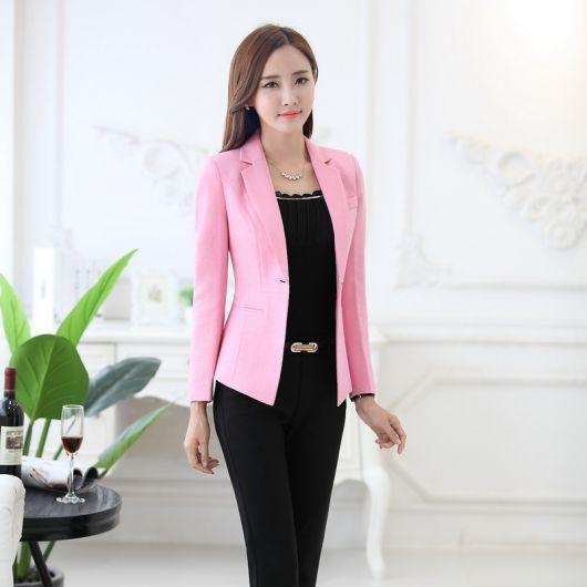 blazer rosa bebê com calça e blusa preta