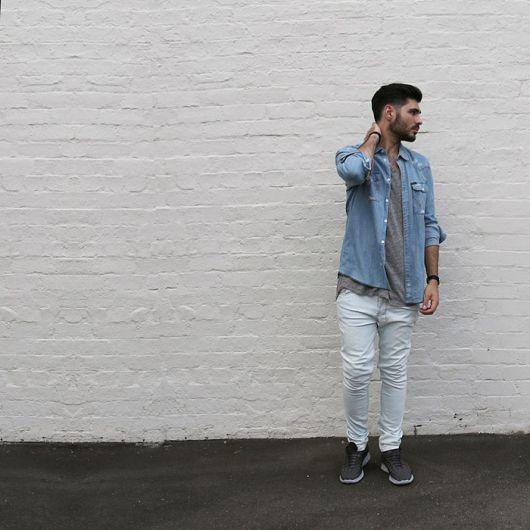camisa jeans e tenis