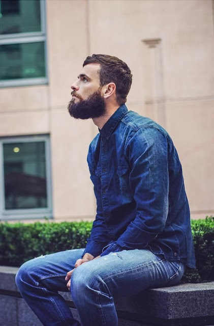 camisa jeans masculina com jeans azul