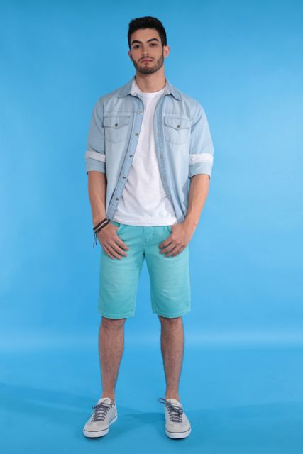 camisa jeans sobreposição com bermuda