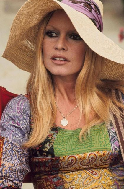 Brigitte Bardot com chapéu de palha estilo floppy.
