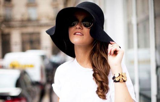 Modelo de chapéu floppy de veludo preto.