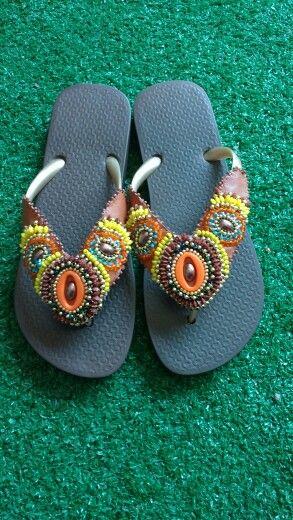 chinelos bordados seguindo tendência étnica