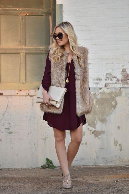 carteira de mão com vestido