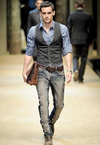 colete social e calça jeans