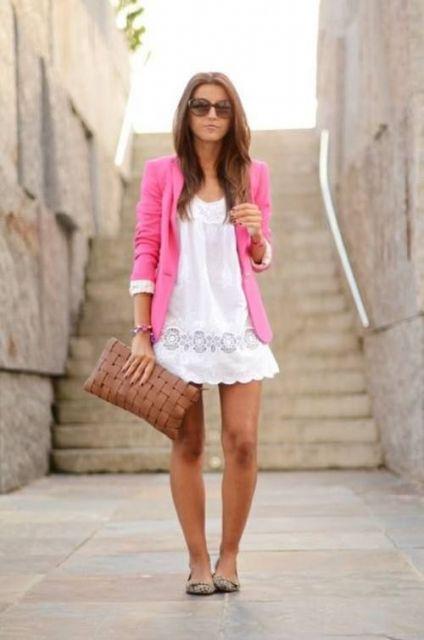 vestido branco de renda com blazer rosa
