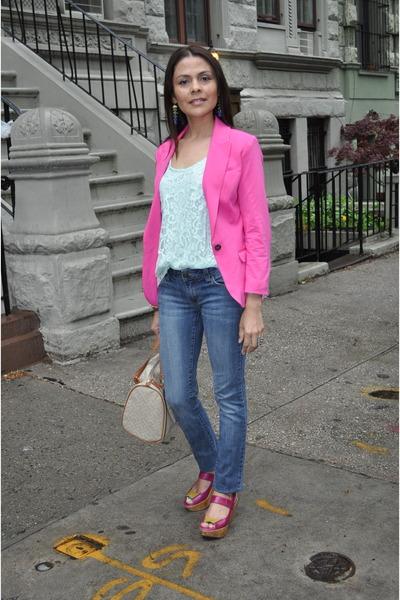 blazer rosa com jeans e blusa de renda