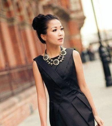 vestido preto e maxi colar