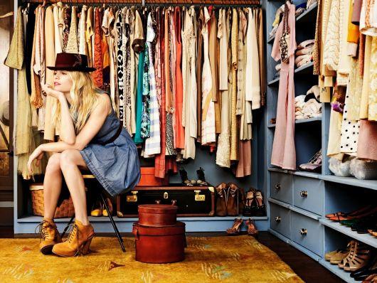 Mulher de chapéu no closet
