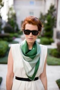Look branco com echarpe verde