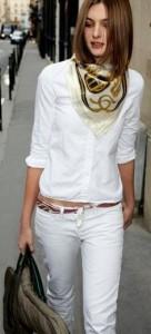 Look branco com echarpe