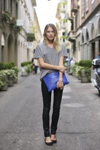 Look básico com bolsa carteira azul
