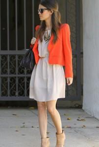 Vestido neutro com casaco laranja