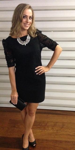 Vestido preto com maxi colar dourado