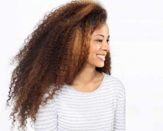 cabelo crespo com mechas