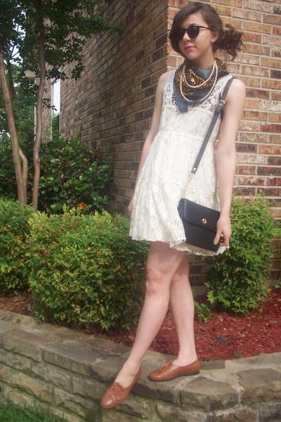 vestido de renda com echarpe