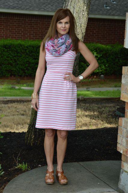 usar echarpe estampado com vestido listrado
