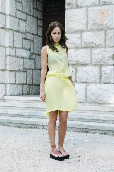 flatform com vestido amarelo