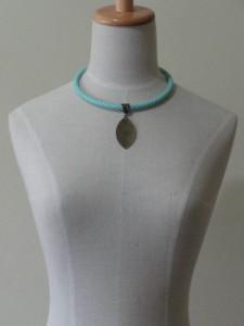 Gargantilha azul com pingente